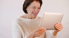 Frau angeschlossen durch Skype stock video