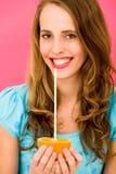 Frau anhalten orange mit Stroh Stockfotos