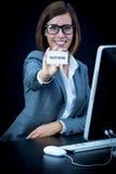 Frau arbeitet am Computer und am Zeigen einer Karte mit Text lizenzfreie stockfotos