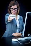Frau arbeitet am Computer und am Zeigen einer Karte mit Text Lizenzfreie Stockbilder