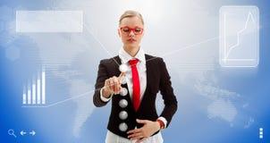 Frau arbeitet mit der Schnittstelle der Zukunft Stockfoto