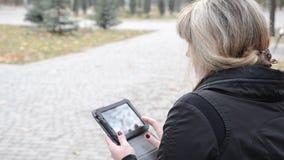 Frau arbeitet mit einer Tablette stock video footage