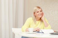 Frau arbeitet mit Papieren zu Hause Stockfoto