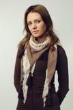 Frau - Art und Weisebaumuster mit dem braunen Haar Stockfoto