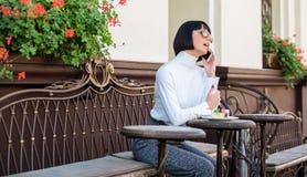 Frau attraktiver eleganter Brunette geben Freizeitcafé-Terrassenhintergrund aus Angenehme Zeit und Freizeit Anruffreund relax stockfoto