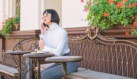 Frau attraktiver eleganter Brunette geben Freizeitcaf?-Terrassenhintergrund aus Angenehme Zeit und Freizeit Anruffreund relax stockfotografie