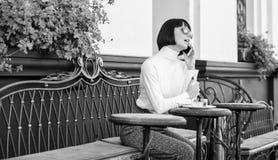 Frau attraktiver eleganter Brunette geben Freizeitcaf?-Terrassenhintergrund aus Angenehme Zeit und Freizeit Anruffreund relax lizenzfreie stockfotos