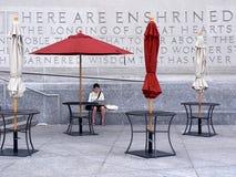 Frau außerhalb der Brooklyn-öffentlichen Bibliothek Lizenzfreie Stockbilder