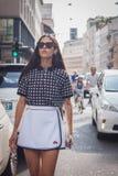 Frau außerhalb Trussardi-Modeschauen, die für Milan Womens Mode-Woche 2014 errichten Stockfotografie