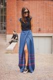 Frau außerhalb der nationalen Modeschauen des Kostüms, die für Milan Womens Mode-Woche 2014 errichten Lizenzfreie Stockfotos