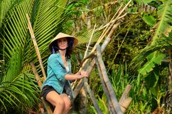 Frau auf Affebrücke in Vietnam Stockfotos