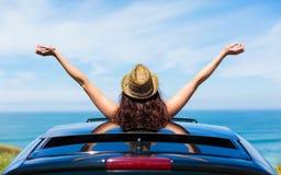 Frau auf Autoreisefreiheit Freiheit genießend Stockbilder