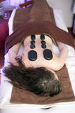 Frau auf Badekurortmassage mit Steinen Lizenzfreies Stockbild