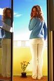 Frau auf Balkon Stockbild