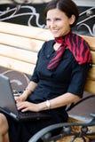 Frau auf Bank Stockbild