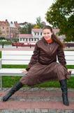 Frau auf Bank lizenzfreie stockfotos