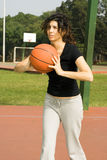 Frau auf Basketballplatz mit Basketball-Vertikalem Lizenzfreies Stockfoto