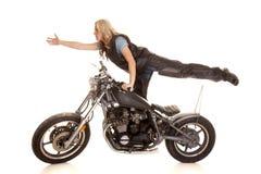 Frau auf Bein des Fahrrades eins teilen oben aus Stockfotos