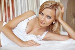 Frau auf Bett Lizenzfreie Stockfotografie