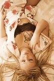 Frau auf Bett Stockfotos