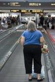 Frau auf beweglichem Bürgersteig Stockbilder
