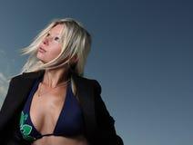 Frau auf blauem Himmel Stockfotos