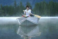 Frau auf Boot im Nebel Stockfotografie