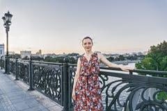 Frau auf Brücke stockfoto