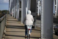 Frau auf Brücke Lizenzfreies Stockfoto