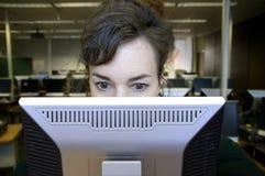Frau auf Computer. Stockfotografie