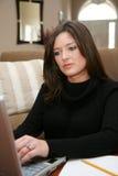 Frau auf Computer Lizenzfreie Stockfotos