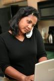 Frau auf Computer Stockfoto