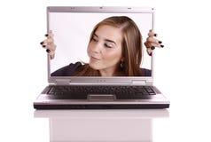 Frau auf Computer Lizenzfreies Stockbild