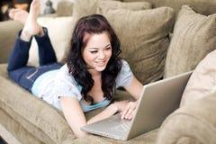 Frau auf Couch lizenzfreie stockbilder