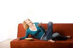 Frau auf Couch Stockfotografie