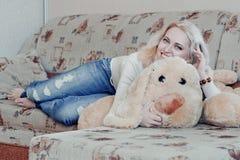Frau auf Couch Stockfotos
