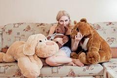 Frau auf Couch Stockfoto