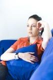 Frau auf Couch lizenzfreie stockfotografie