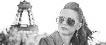 Frau auf Damm nahe dem Eiffelturm, der den Abstand untersucht Lizenzfreie Stockfotos