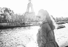 Frau auf Damm nahe dem Eiffelturm, der den Abstand untersucht Lizenzfreie Stockfotografie