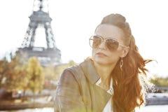 Frau auf Damm nahe dem Eiffelturm, der den Abstand untersucht Stockbilder
