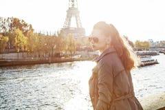 Frau auf Damm nahe dem Eiffelturm, der den Abstand untersucht Lizenzfreies Stockfoto