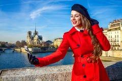 Frau auf Damm in Paris, Frankreich, das selfie mit Telefon nimmt Stockfoto