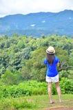 Frau auf dem Berg Stockbild