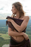 Frau auf dem Berg abgedeckt mit Schal Lizenzfreie Stockfotos