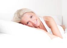 Frau auf dem Bett Lizenzfreie Stockfotos