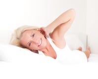 Frau auf dem Bett Stockbilder