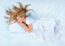 Frau auf dem Bett Stockfotos