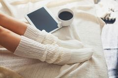 Frau auf dem Bett Stockfotografie