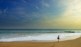 Frau auf dem breiten Strand des Ozeans lizenzfreies stockbild